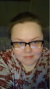 Ja, sånn ser jeg ut her jeg sitter i natten og blogger. Sminken av, og brillene på. ;)